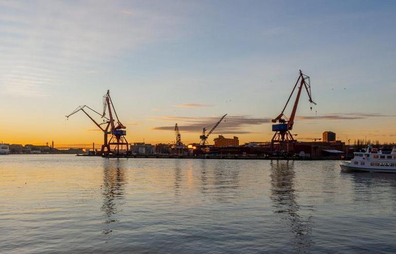 Göteborgs hamn i solnedgång